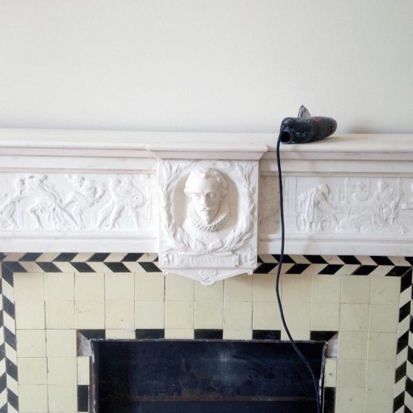 detalle-de-chimenea-de-marmol-restaurada-Barcelona