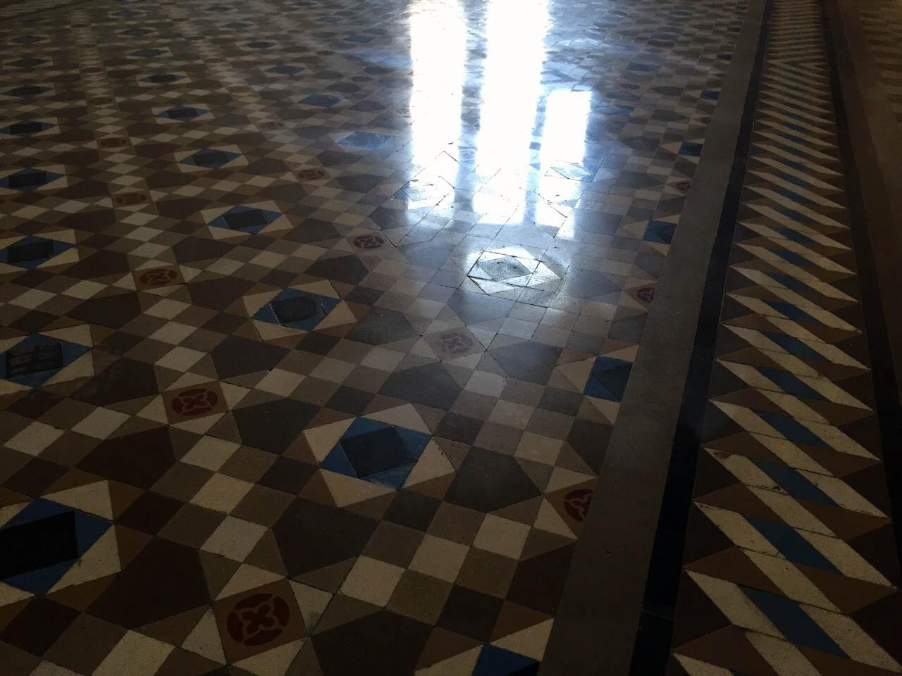 Pulido y abrillantado de suelos de mosaico nolla en piso de Barcelona