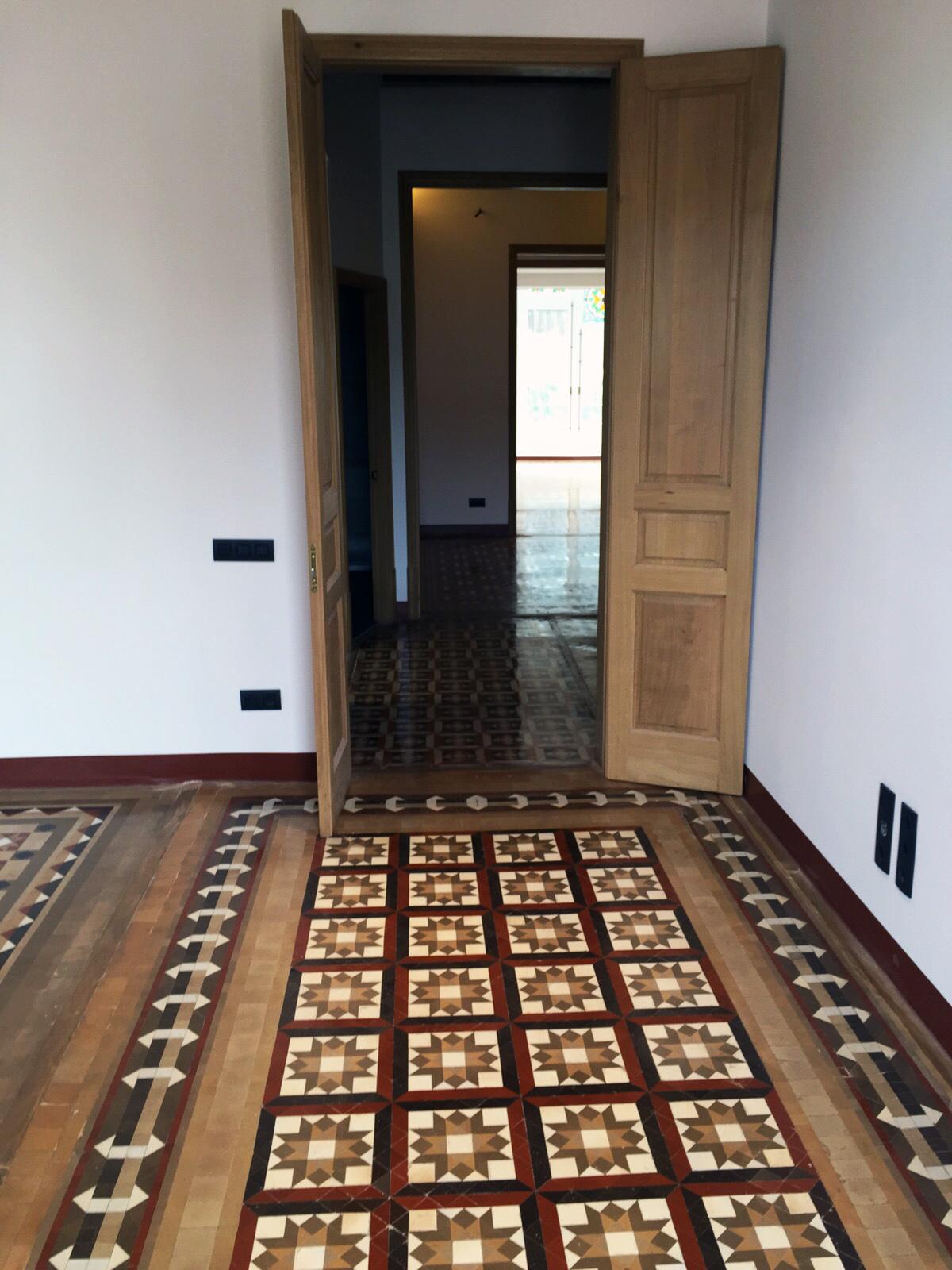 Pulido y abrillantado de suelo de mosaico nolla en vivienda de Barcelona