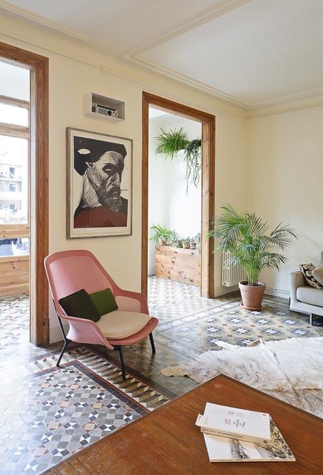 Apartamento-en-Consell-de-Cent-suelo-restaurado-2-via-dezeen