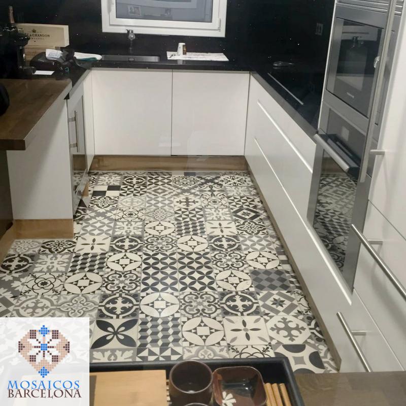 Colocación de suelo de mosaico hidráulico en vivienda de Barcelona