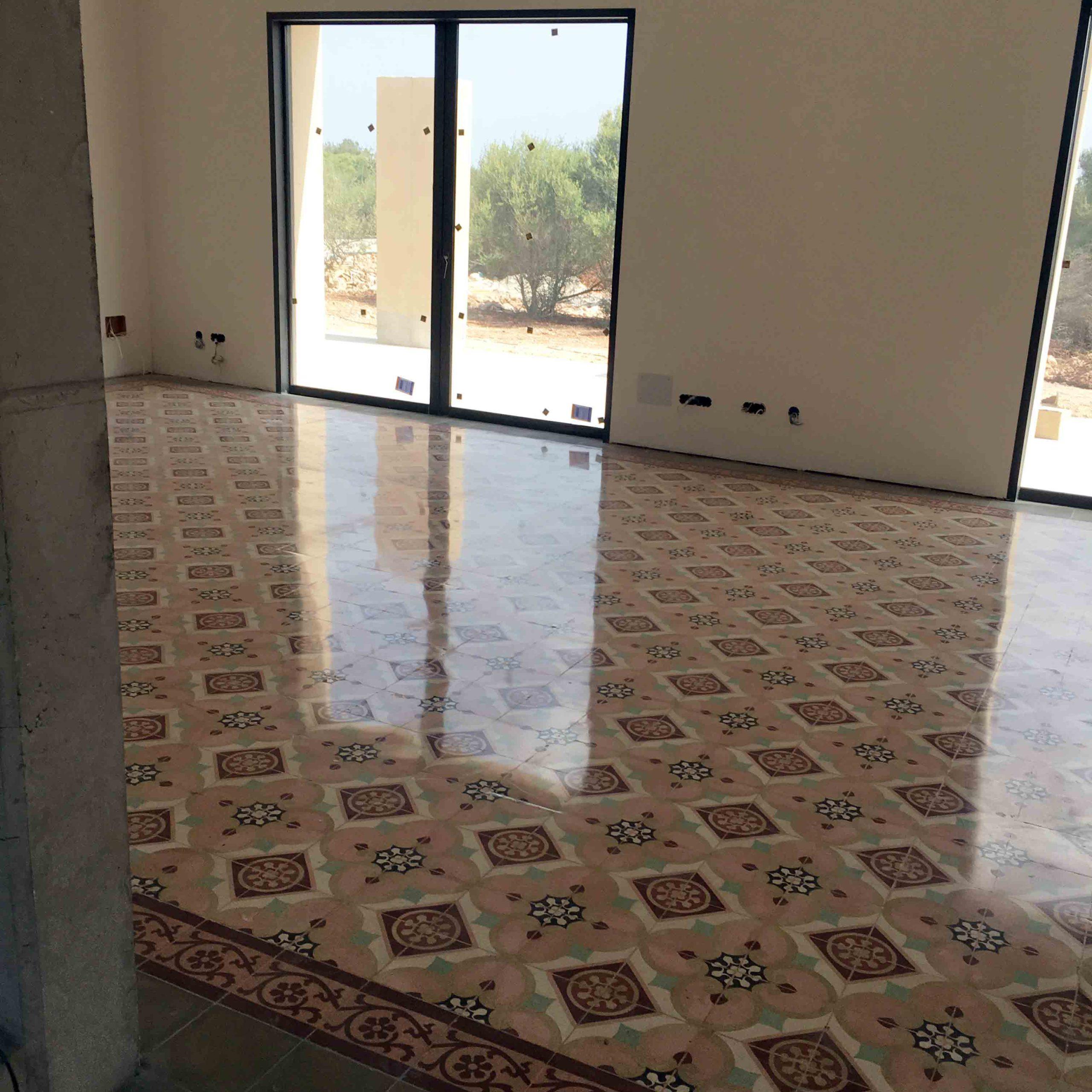 Pulido y abrillantado de suelo de mosaico hidráulicos en vivienda de Mallorca